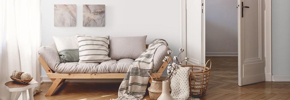 Sofa,Pölster, Decken, Ratankörbe, Holz, Naturtöne, dezente Streifen schwarz, Bilder von Sylvia Galos