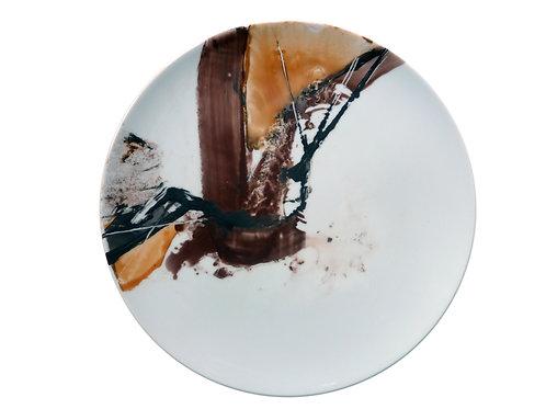 Platzteller aus weißer Porzellan, mit abstrakter Malerei in verschiedenen Brauntönen