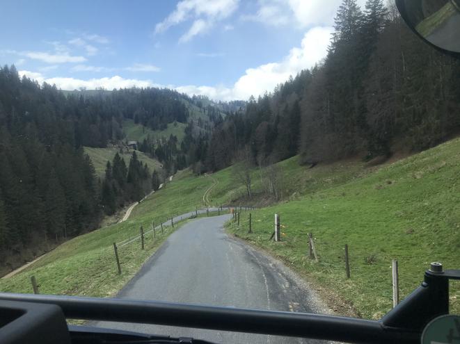 Von der Lüderenalp die schmale Strasse ins Tal Richtung Fankhaus. Gut, dass kein Fahrzeug entgegen kam, kaum Ausweichstellen.  Es war eine genussvolle Fahrt im Schritttempo mit wunderbarer Aussicht.
