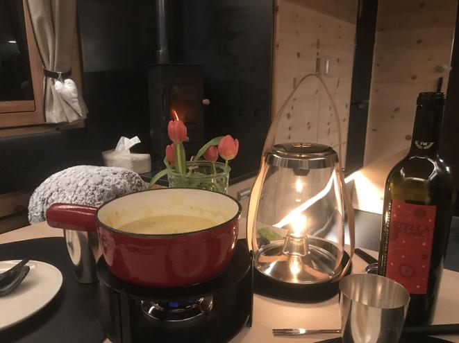 Wohlig mit Käsefondue bei herrlicher Ofenwärme und happy mit der neuen Öllampe, Marke Holmegaard von Connox.ch.