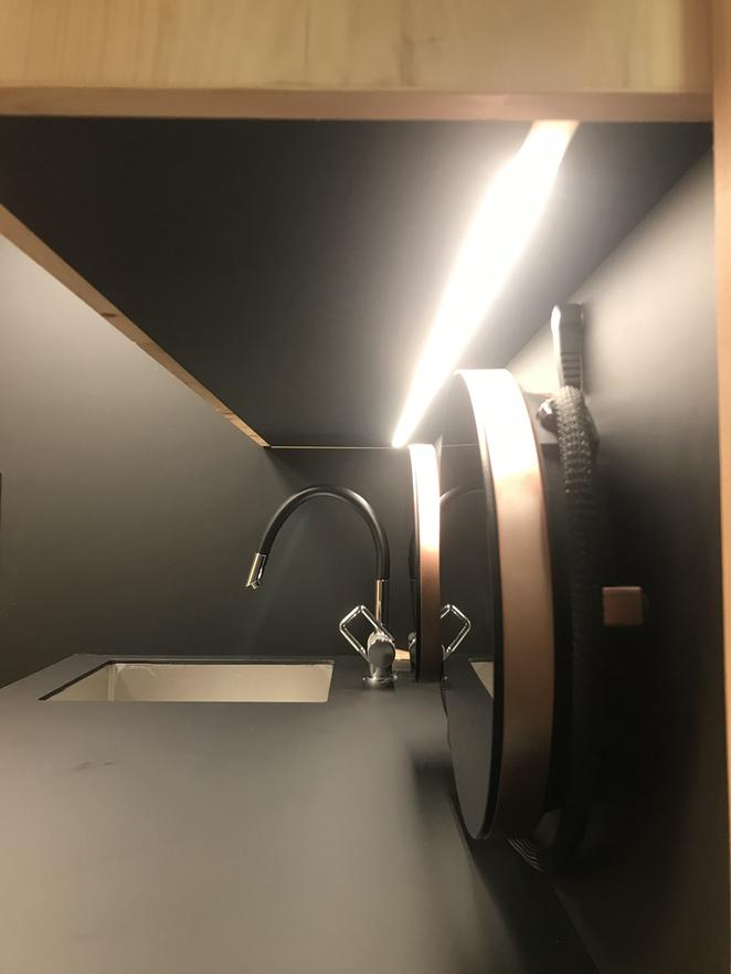Die mobilen Induktionsplatten, italienisches Design, gefallen sehr. Einziger Wehrmutstropfen: Kein Tageslicht. Umso mehr schätzen wir die gute Beleuchtung. Ob sich die Fenix-Abdeckung bewährt? Gefallen tut sie!