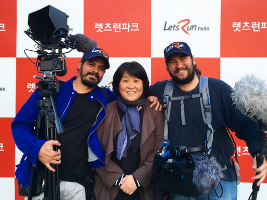 durante as filmagens do Smiling Jockey, em Seul - South Korea. com a produtora Ellen YD Kim e o diretor Guto Parente