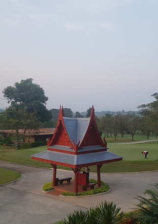 The large greens at Siam Country Club Old Course roll fast, are excellently maintained, and extremely undulated. The many breaks favor the assistance of an experienced caddie to read properly. As expected, the entire course maintenance is at championship levels year round.