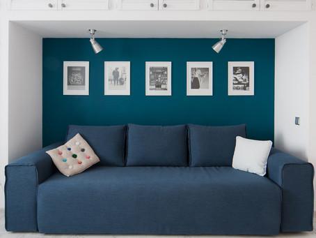 Использование свободной стены над диваном: 4 варианта
