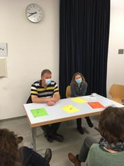Andy Greuter von der Sozialkommission mit seiner Idee für ein Rickenbacher Repair Café und Fabienne Debrunner vom GiP-Team am Reparieren-Workshop vom 23.11.20. An ihrem Tisch haben wir diskutiert, welche Fähigkeiten und Angebote zum Reparieren bereits in Rickenbach vorhanden sind und, wo die Bedürfnisse der Bevölkerung liegen.