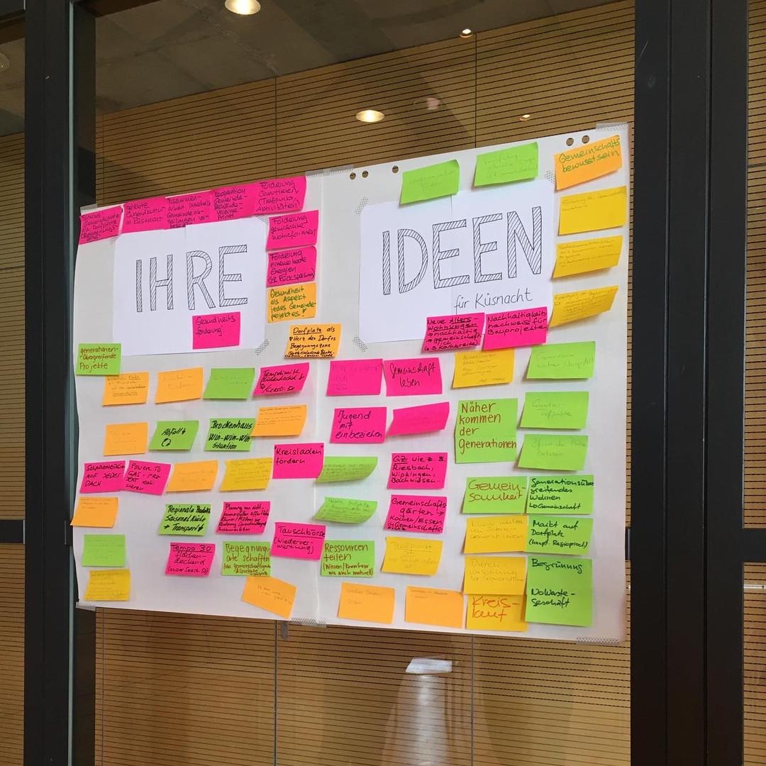 Am Ende der Auftaktveranstaltung hat jede/r TeilnehmerIn die für sie/ihn wichtigste Idee aus den modellierten Zukunfts-Dörfern noch einmal extra aufgeschrieben. Aus diesen Zetteln entstand eine bunte Ideen-Wand, die uns innerhalb des nächsten Jahres immer mit begleiten wird.