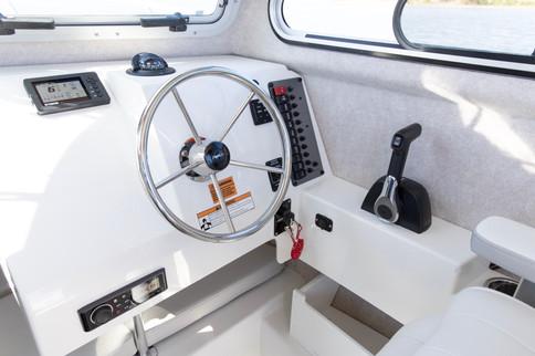 Parker Boats 2120SC Helm 2.jpg