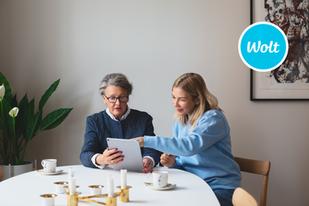 Wolt ja Helppy yhteistyössä: helpperit opettavat senioreita tilaamaan ruokaa kotiin