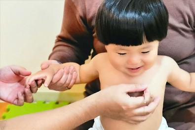 小児鍼の施術中