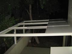פרגולה עם גג פתיחה  חשמלי בעל זיגוג אלומיניום