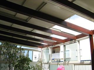 פרגולה חשמלית עם פאנל אלומיניום במרפסת