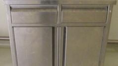 ארונית נירוסטה על גלגלים עם דלתות ומגירות