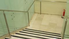 מעקה נירוסטה לחדר המדרגות