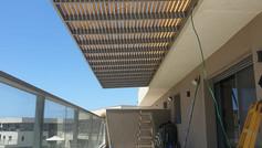 פרגולת אלומיניום חומה למרפסת שמש