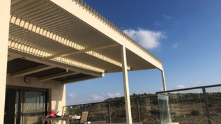 פרגולה נפתחת על עמודים למרפסת גג