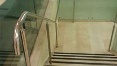 מעקה נירוסטה עם זכוכית לחדר מדרגות
