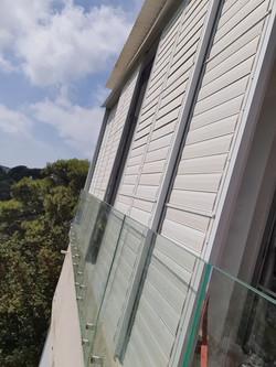 הוספת מעקה זכוכית