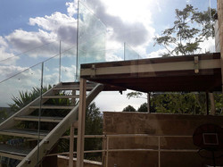 מראה מהצד של מעקות זכוכית למרפסת