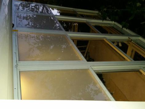 מבט עילי על גג הזזה חשמלי עם חיפוי זכוכית חלבית
