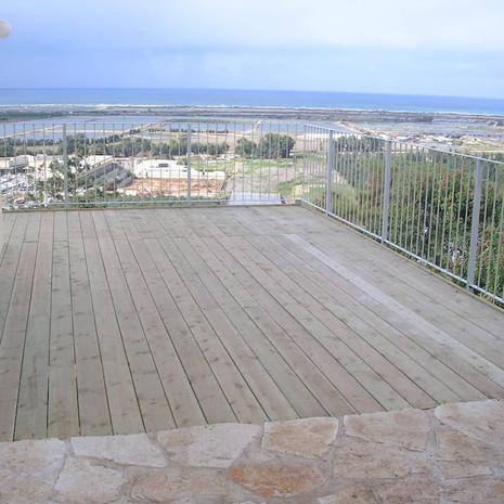 דק מעץ אורן למרפסת שמש