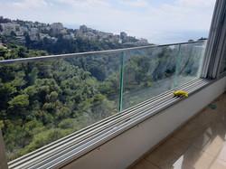 מעקה זכוכית בחיפה