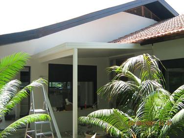 התקנת גג מבודד לכניסה לבית
