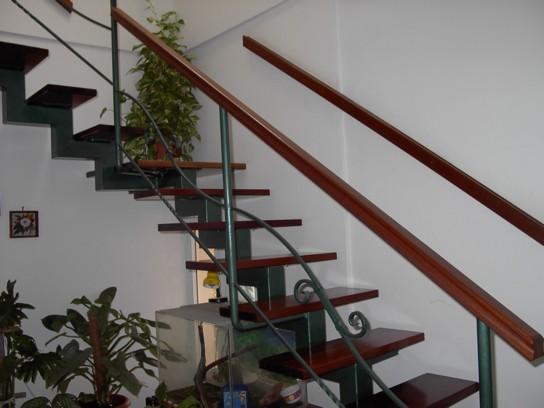 בניית גרם מדרגות עץ