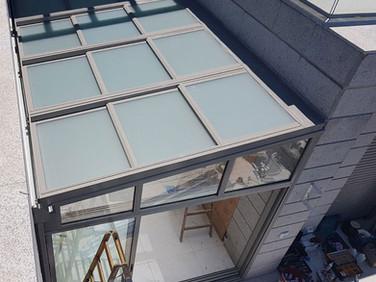 גג הזזה חשמלי למרפסת שמש כולל דלתות הזזה דגם 9000 של קליל