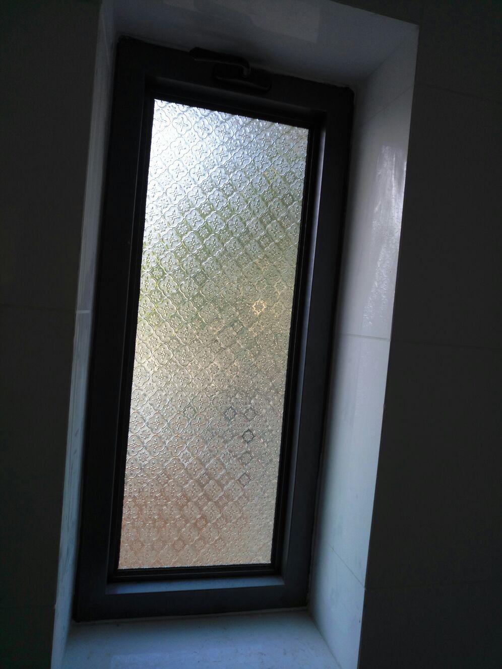 חלון אלומיניום משולב זכוכית מעוטרת