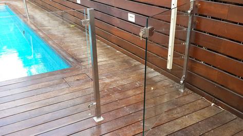 שער בטיחות מזכוכית ונירוסטה לבריכה