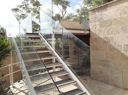 מעקות זכוכית למדרגות למרפסת