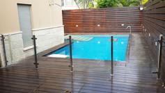 גדר ושער נירוסטה וזכוכית לבריכה