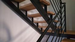 מדרגות עץ משולבות מתכת