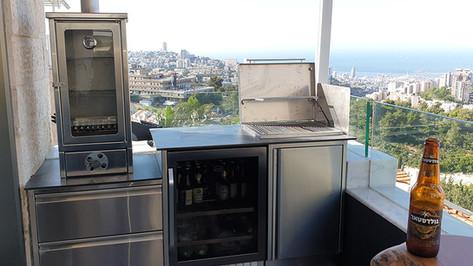 מטבח חוץ למרפסת עם מעשנת נירוסטה