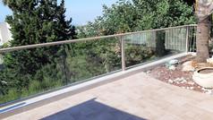 גדר אלומיניום משולב זכוכית למרפסת