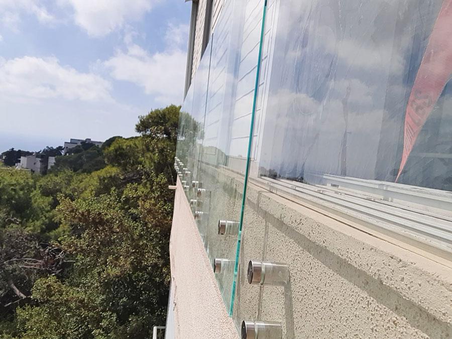 התקנת מעקה זכוכית