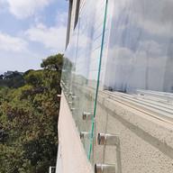 מעקה זכוכית בטיחות