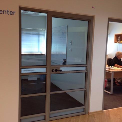 דלת אלומיניום משולבת זכוכית