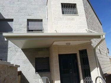 גג מבודד לכניסה לבית