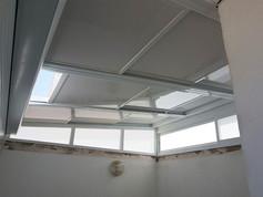 סגירת מרפסת עם גג הזזה חשמלי בשילוב חלונות מסביב