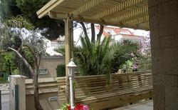 פרגולה וספסלי ישיבה למרפסת