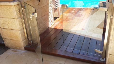 שער זכוכית ונירוסטה לבריכה פרטית