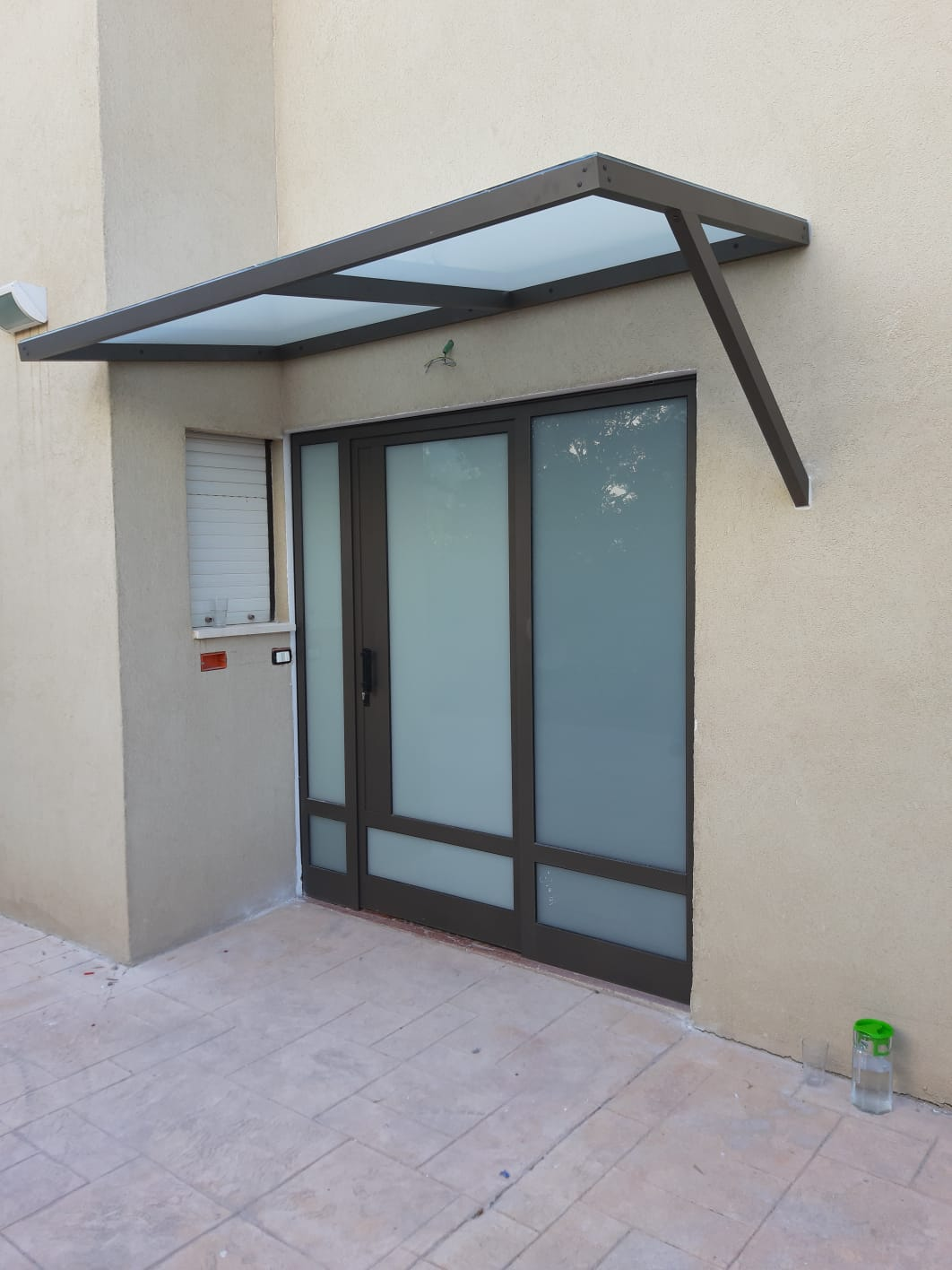 דלת אלומיניום וגג משולבים זכוכית