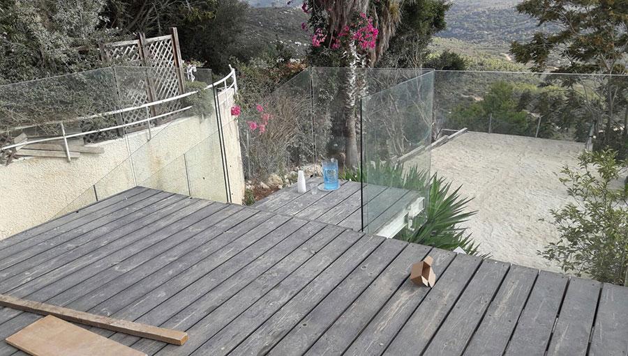 מעקה מזכוכית למרפסת שמש