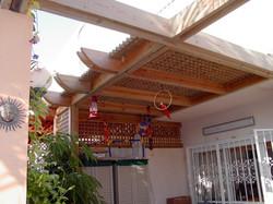 פרגולת עץ מעוצבת בשילוב במבוק לגן