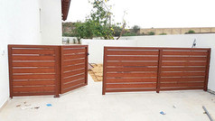 גדר ושער אלומיניום לחצר