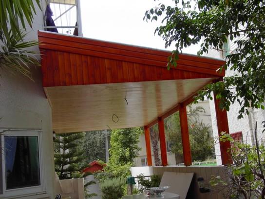 מרפסת בעלת גג רעפים