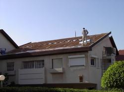 במהלך בניית גג רעפים