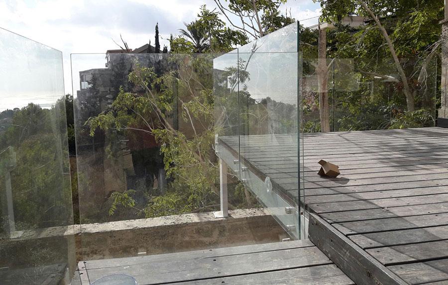 גדר ומעקה מזכוכית למרפסות