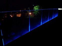 מעקה זכוכית עם תאורה למרפסת